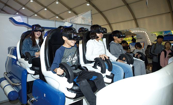 VR 라이딩을 체험하는 기자단 친구들. - AZA studio 제공