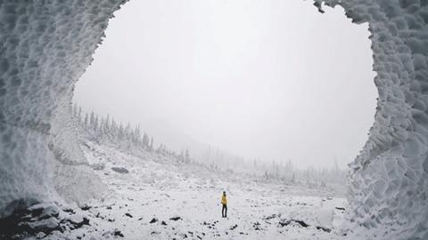 아슬아슬 얼음 동굴 장관 '화제'