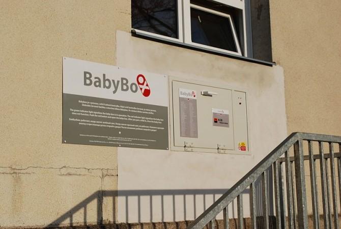 체코의 한 병원에 설치된 베이비 박스. 베이비 박스는 영아 살해를 막기 위한 고육지책이지만, 제대로 된 답이라고 하긴 어렵다. 수백 년 이상의 역사를 가지고 있지만, 현재는 베이비박스를 금지하는 나라가 늘고 있다. - Chmee2 제공