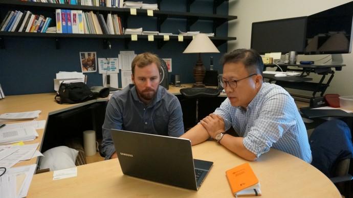 """미국지질조사국(USGS)은 캘리포니아 지역의 지진 위험도를 정확하게 평가하기 위해 해저에 숨겨진 단층까지 조사하고 있다. 대니얼 브러더스 USGS 연구원(왼쪽)은 조사에서 얻은 자료를 공기수 한국지질자원연구원 책임연구원에게 보여주며 """"오랫동안 서로 다른 단층이라고 알려졌어도 제대로 조사하면 거대한 하나의 단층일 수도 있다""""고 설명했다. - 오가희 기자 solea@donga.com 제공"""