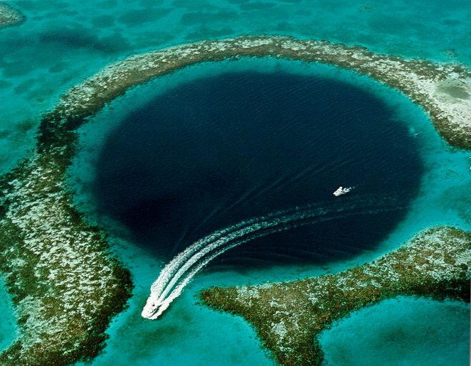 2006년 9월에 벨리즈 해안에서 발생한 거대한 자연 싱크홀. - 위키미디어 제공