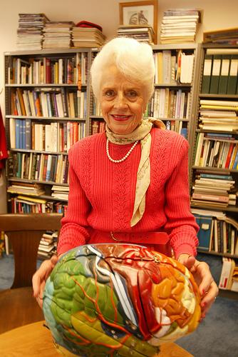 1985년 아인슈타인의 뇌를 분석한 논문을 발표해 유명해진 미국 버클리 캘리포니아대의 신경해부학자 매리언 다이아몬드. 지난 7월 25일 91세로 타계했다. - 버클리대 제공