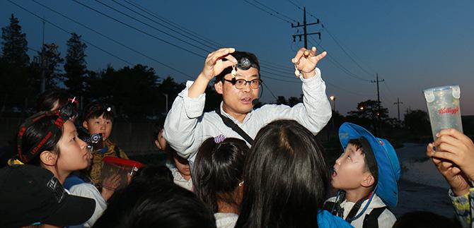 지난 5월, 수원청개구리 현장교육을 하는 장이권 교수님의 모습. - 현진(AZA스튜디오) 제공