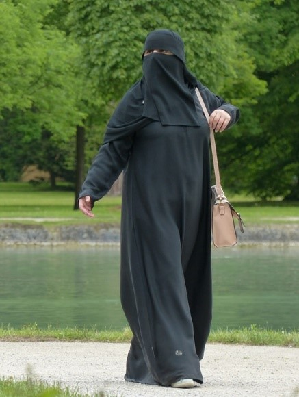 부르카를 입은 여성. 부르카는 고작 200년이 되지 않는 복식 전통으로 이슬람 교리와는 큰 관련이 없다. - pixabay 제공