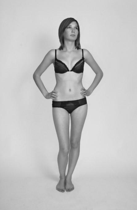 Laura Norman (2009). 속옷을 입은 여성. 서구 사회에서 여성의 벗은 몸은 어디서나 쉽게 찾을 수 있다. 신문, 잡지, 인터넷, 텔레비전, 심지어 길거리에서도 과도하게 노출된 여성의 신체를 쉽게 찾을 수 있다 - wikimedia (CC) 제공