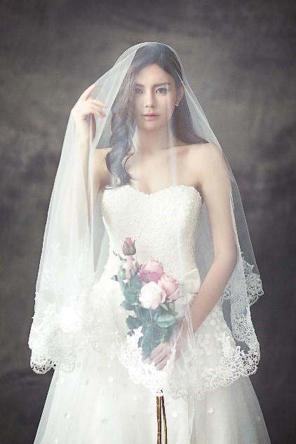 결혼 면사포를 쓴 신부. 어깨를 드러낸 결혼 드레스와 상반신을 가린 면사포는 여성의 몸에 대한 이중적인 문화적 태도를 한 복장 속에 이질적으로 담고 있다. - pexels 제공
