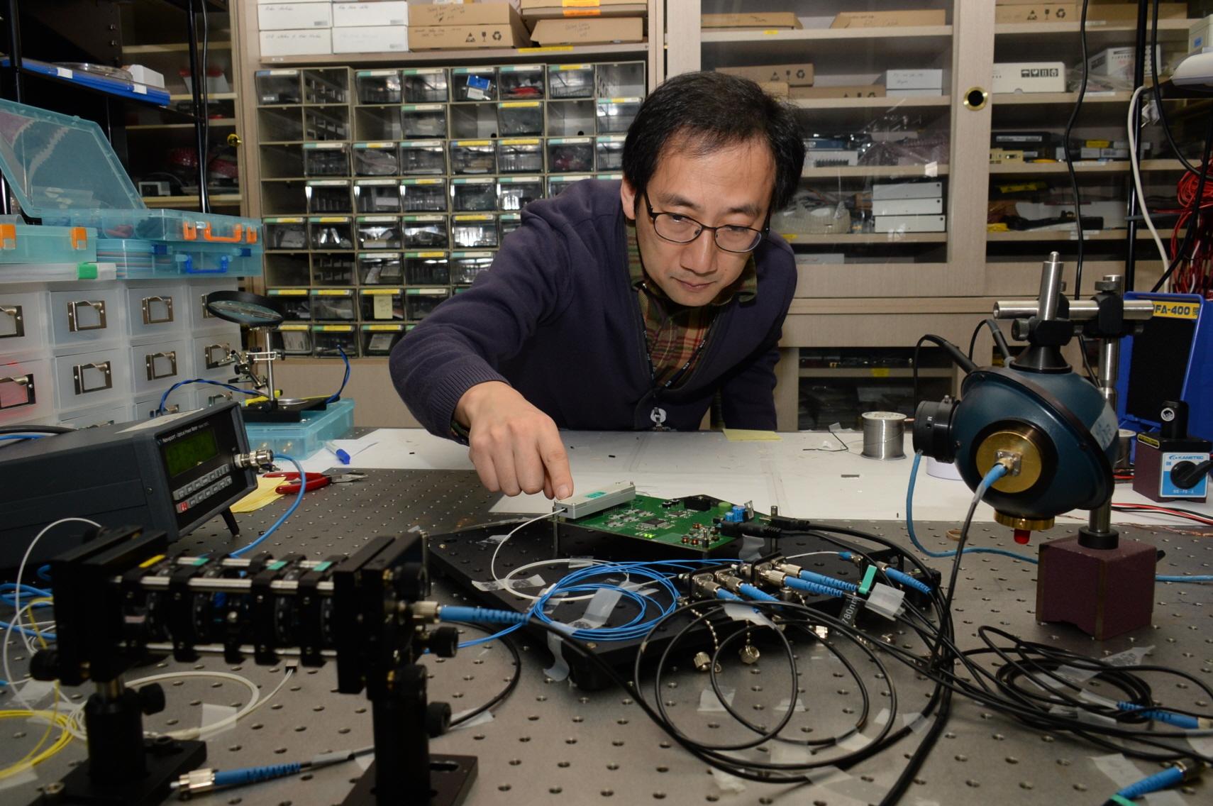 한국이 주도해 개발한 양자암호통신 네트워크 기술이 국제전기통신연합 국제회의에서 양자암호통신 기술 중 처음으로 국제표준으로 채택돼다. 사진은 한국전자통신연구원과 한국과학기술연구원이 개발한 무선 양자암호통신용 양자신호 송수신기 부품 시연 모습. 두 기관은 관련 부품의 소형화를 세계 최초로 성공했다. 한국전자통신연구원 제공