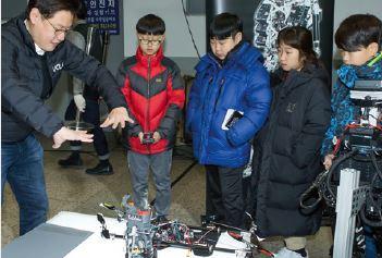 데니스 홍 교수가 드론 로봇인 이카루스에 대해 설명하고 있다 - 어린이과학동아(사진=이서연) 제공