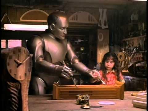 영화 속에서 로봇 앤드류가 주인집 딸과 함께 목공예품을 만들고 있는 모습. 로봇이 만든 창작품의 법적 소유주가 누구인지 고민하게 만든다.