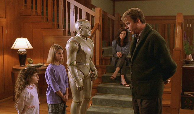 영화 초반부. 로봇 앤드류가 자녀들과 나란히 서서 꾸중을 듣는 장면이 나온다.