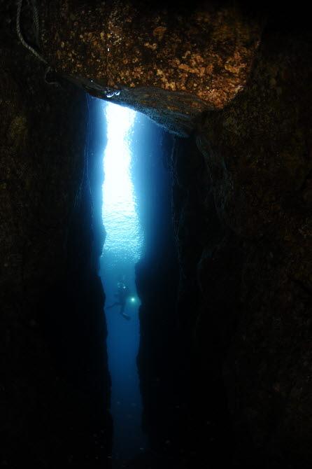 [금상-국내부] 해저 계곡 사이를 헤엄치는 다이버의 모습을 광각 렌즈로 담아냈다. - 정혜심, 대한수중핀수영협회 제공