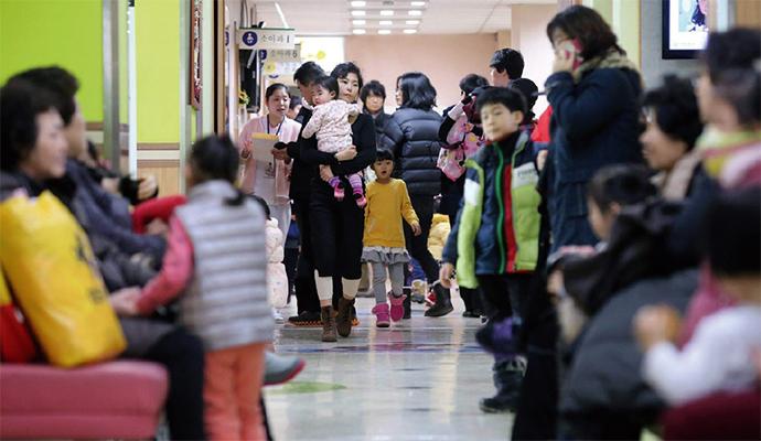 독감 환자가 유행 기준의 10배로 급증한 가운데, 전국 소아청소년과에는 환자가 넘쳐났다. - 동아일보 제공