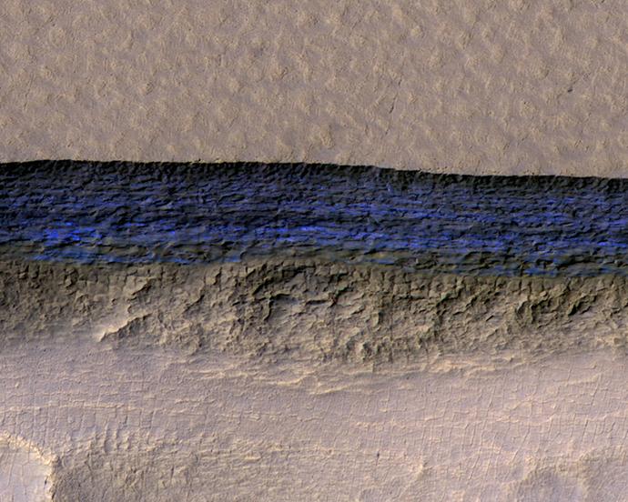 화성정찰위성(MRO)의 고해상도 카메라가 찍은 화성 지각의 단면. 지하에 있던 얼음퇴적물이 노출돼 있는 부분을 파란색으로 입혔다. - NASA/UA/USGS 제공
