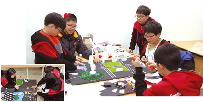캠프 참가 학생들이 스마트 시티 설계 활동을 하고 있다 (사진=고호관 기자)