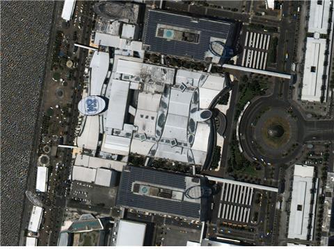 필리핀 마닐라에 위치한, 필리핀 최대 규모, 전세계 3번째 규모의 쇼핑몰인 SM 몰 오브 아시아. 총 3개의 건물로 이어져 있으며, 가로 직선거리가 300m가 넘는 대규모 쇼핑몰이다. (사진제공 : 과학기술정보통신부/한국항공우주연구원)