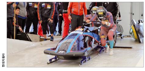 봅슬레이 대표팀이 현대차에서 제작한 썰매로 훈련하는 모습. 현대차는 원윤종,<br> 서영우 선수의 체격에 맞는 맞춤형 썰매를 제작했다. -현대자동차 제공