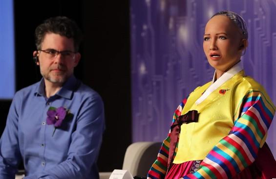 """""""출구에 더 가까운 사람 구할 것""""…정말 AI 로봇 소피아의 생각일까?"""