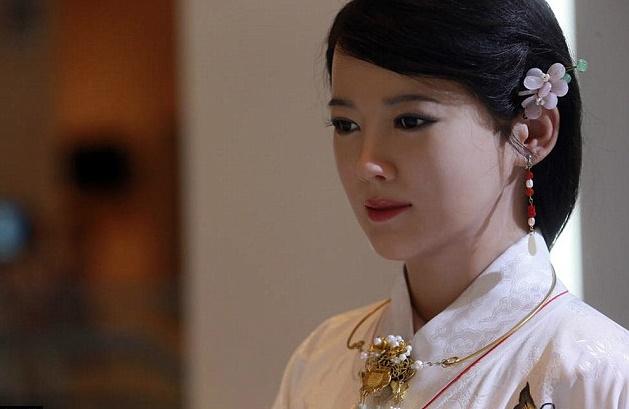 중국 전통의복을 입고 곱게 단장한 지아지아. 이 휴머노이드는 한 인터뷰에서 만리장성의 위치에 대한 질문에 단지 '중국'이라고 대답할 뿐 정확한 위치를 설명하지 못해 성능에 대한 혹평을 받았습니다. - 첸샤오핑 제공