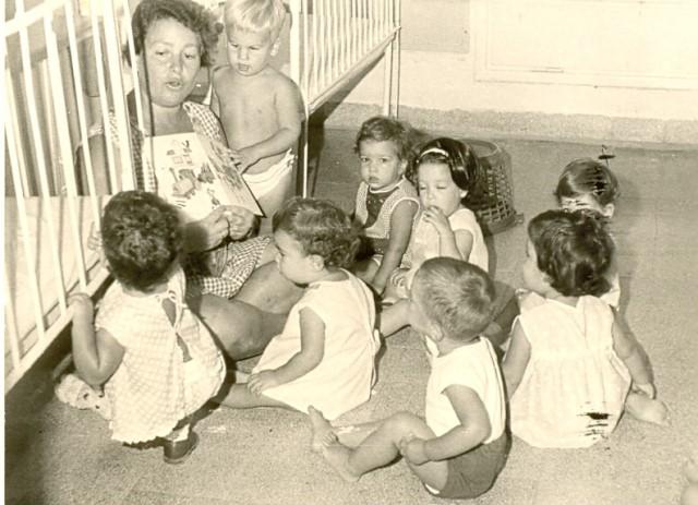 Kibbutz Afikim Archive (1960년 무렵). 이스라엘 집단 협동 농장, 키부츠의 아기들. 키부츠는 부부에게 별도의 생활 공간을 배정했지만, 아이들은 부모의 손을 떠나 집단으로 양육되었다. 조셉 셰퍼의 연구에 의하면 연구 대상 키부츠의 동일 또래 집단에서 성관계 혹은 혼인은 단 한 건도 일어나지 않았다. 최근 연구에 의하면 4세 이전의 시기를 같이 보낸 남매에게는 성적 욕망이 거의 일어나지 않는다. - wikimedia(cc) 제공