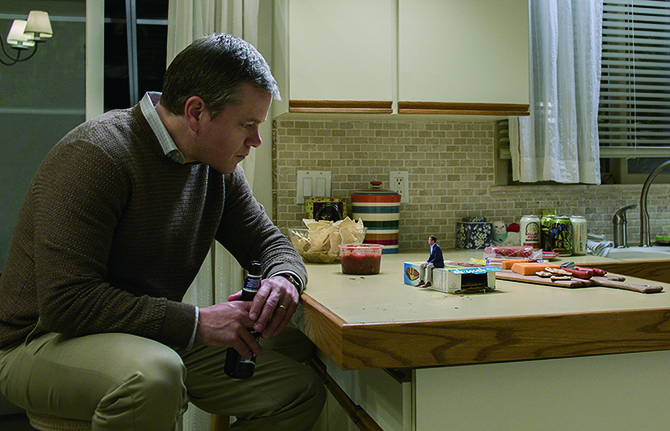 폴 사프라넥(맷 데이먼)은 다운사이징 이후 화려한 삶을 누리고 있다는 친구의 이야기를 들은 뒤 시술을 결심한다. -영화 '다운사이징'