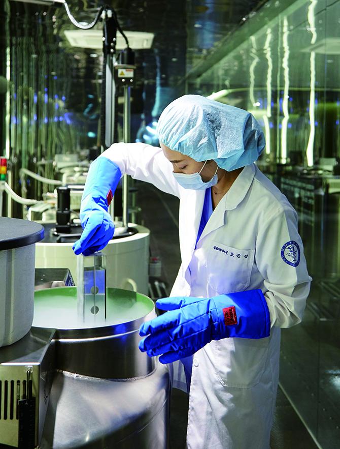 차여성의학연구소 서울역센터에서 연구원이 냉동 세포가 보관된 '바이오탱크'를 확인하고 있다. - 차여성의학연구소 제공