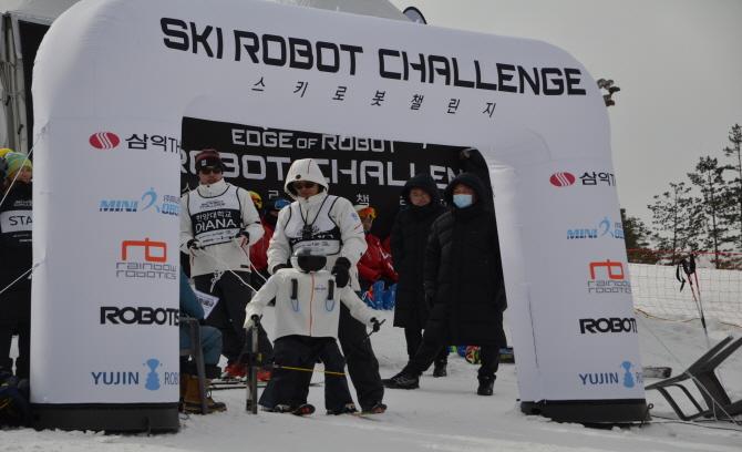 12일 열릴 대회에서 출전 순서를 결정하기 위한 '최종예선'이 11일 오후에 열렸다. 한양대 연구진이 스키로봇 '다이애나'를 준비시키고 출발 신호를 기다리고 있다. - 전승민 기자 제공