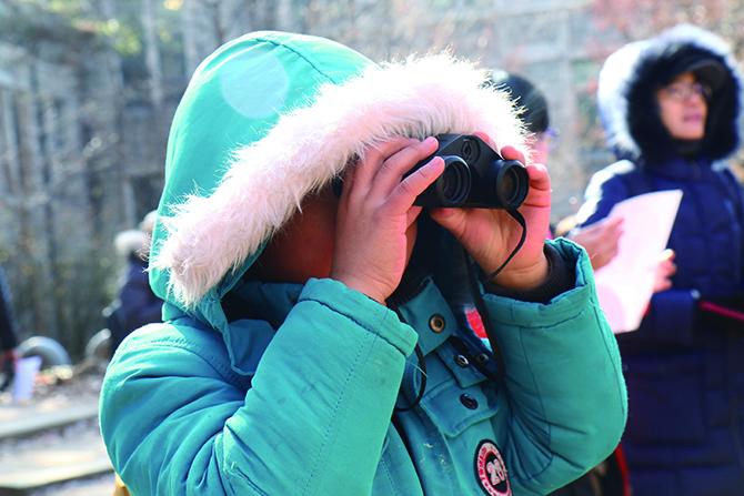 망원경으로 새를 관찰하고 있는 국윤서 친구. - 어린이 과학동아 4호 제공