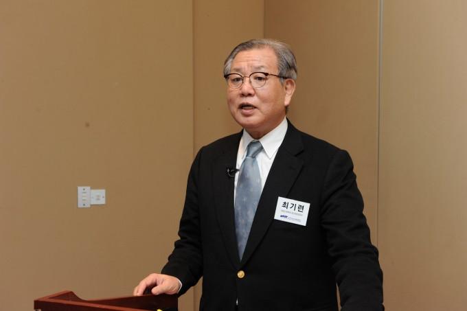 최기련 아주대 명예교수가 123회 한림원탁토론회에서 에너지 전환정책, 성공을 위한 해결과제라는 주제로 발표를 하고 있다-한국과학기술한림원 제공