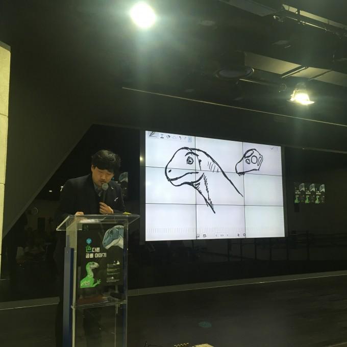공룡을 그리고 있는 박진영 연구원 - 어린이과학동아 제공
