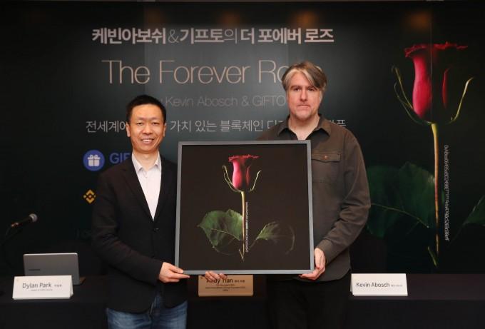 앤디 티엔 AIG CEO(왼쪽)와 케빈 아보쉬 작가(오른쪽)이 포에버 로즈 사진 작품을 들고 있다.