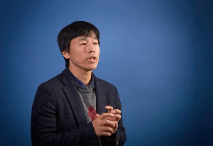박노정 UNIST 교수가 비자성 물질에 자성을 주는 방법을 설명하고 있다. UNIST 제공
