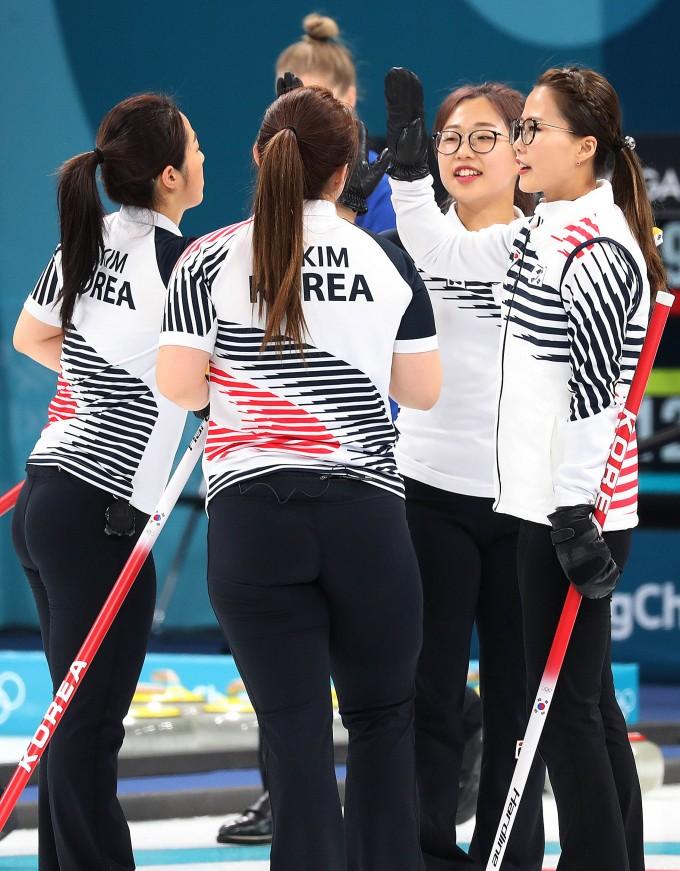 경기에서 이긴 한국 여자 컬링 대표팀