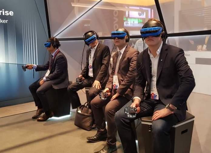 SAP 부스에서 관람객들이 VR로 신발제조 과정에 참여하고 있다. -심재석 제공