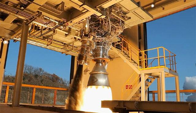 한국항공우주연구원이 개발한 '75t 엔진'의 성능시험장면. 로켓엔진은 초고온, 초고압의 극한 환경에서 동작한다. 극한과학이 발전할수록 항공우주분야 기술이 급속도로 발전할 것으로 보인다. 한국항공우주연구원 제공