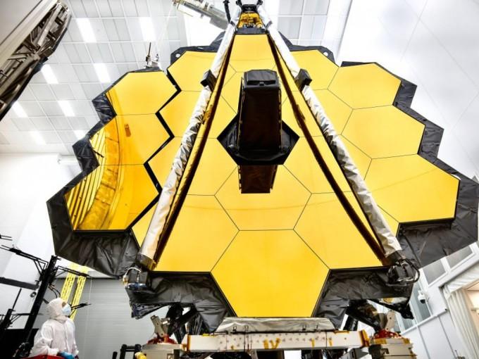 2020년 발사될 예정인 '제임스 웹 우주망원경(JWST)'은 최근 최종 조립 단계에 들어갔다. 29년째 심(深)우주를 관측해온 허블 우주망원경의 뒤를 잇는 역대 최대 규모의 우주망원경이다. - 미국항공우주국 제공