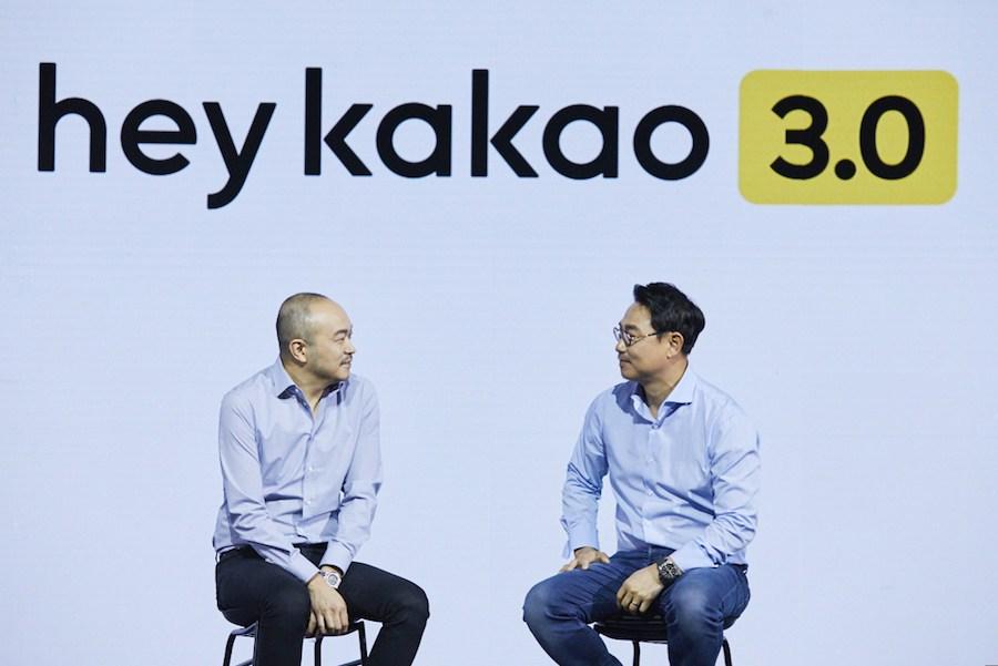 카카오 조수용 (왼쪽), 여수민 (오른쪽) 신임 대표가 27일 서울 소공동 웨스틴조선호텔에서 열린 기자간담회에서 발언하고 있다.