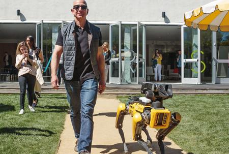 세계 최고 부자의 특별한 개...아마존 CEO와 산책한 로봇 개 '스팟미니'