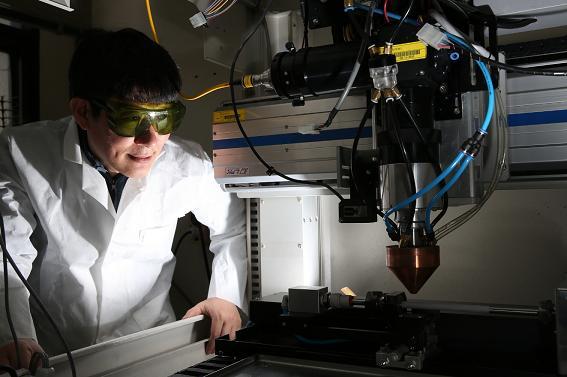한국원자력연구원이 3D 프린터를 이용해 손쉽게 내열 소재를 제조할 수 있는 기술을 개발했다. 연구를 이끈 김현길 책임연구원이 3D 프린터를 바라보고 있다. - 원자력연 제공