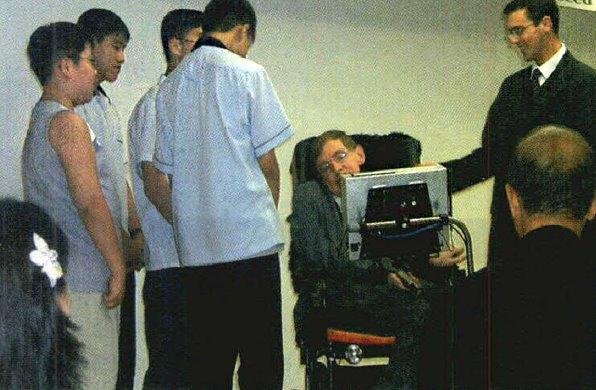 스티븐 호킹. 고등과학원에서 강연을 마친 뒤 하회탈 목걸이를 선물한 학생들에게 고맙다는 인사를 하고 있다. - 과학동아 제공