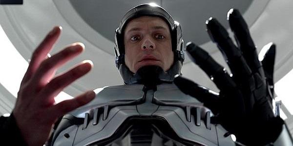 영화 로봇캅에서 주인공 머피 형사는 인간과 로봇 사이에서 갈등하는 존재로 그려진다.