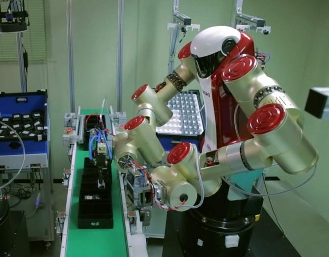 한국기계연구원이 개발한 산업용 협동 로봇 '아미로'가 생산공장에서 전자제품을 박스에 포장하고 있다. - 동아사이언스 (한국기계연구원 제공)
