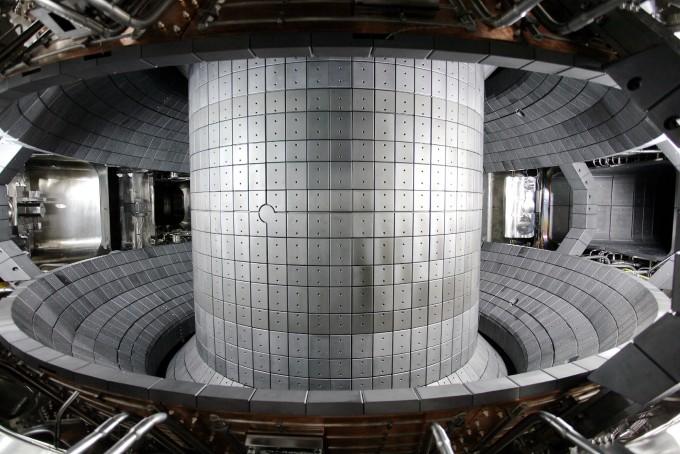 토카막 방식 핵융합로의 내부. 열차단 타일이 시공돼 있다.