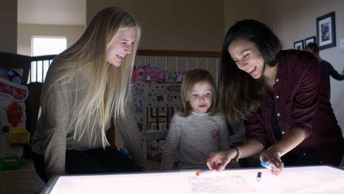 연구진과 함께 밝은 테이블에서 그림 그리는 놀이를 하고 있는 어린이의 모습 – 콜로라도주립대학교 볼더캠퍼스 제공