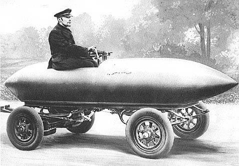 전기차는 20세기 말 또는 21세기의 발명품이 아니다. 19세기 말 자동차가 막 나오던 무렵 전기차의 비중이 오히려 더 높았다. 사진은 1899년 벨기에에서 출시된 납산배터리 전기차 '라자메콩텐트(La jamais contente)'로 처음으로 시속 100킬로를 돌파한 자동차다. 그러나 엔진기술이 급속도로 발전하면서 1920년에는 전기차의 비율이 4%로 급락했고 그 뒤 거의 자취를 감췄다. 고유가와 환경오염, 지구온난화 속에서 리튬이온배터리가 개발되면서 100년 만에 전기차가 화려하게 부활하고 있다.