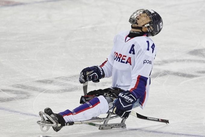 파라아이스하키 선수는 스케이트가 아닌 썰매를 탄다. 두 개의 스틱으로 얼음을 지치며 달리고, 스틱의 다른 쪽 끝으로 퍽을 친다. - 대한장애인체육회제공