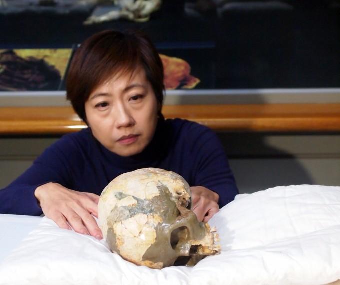 이상희 미국 리버사이드 캘리포니아대(UC리버사이드) 인류학과 교수가 충북대 박물관에서 소장하고 있는 흥수아이 두개골 원본을 살펴보고 있다. 이 교수는 충치가 많은 치아 상태와 화석화가 안 된 뼈의 상태를 바탕으로 구석기 유골이 아닐 가능성을 제기했다. - 사진 제공 윤신영
