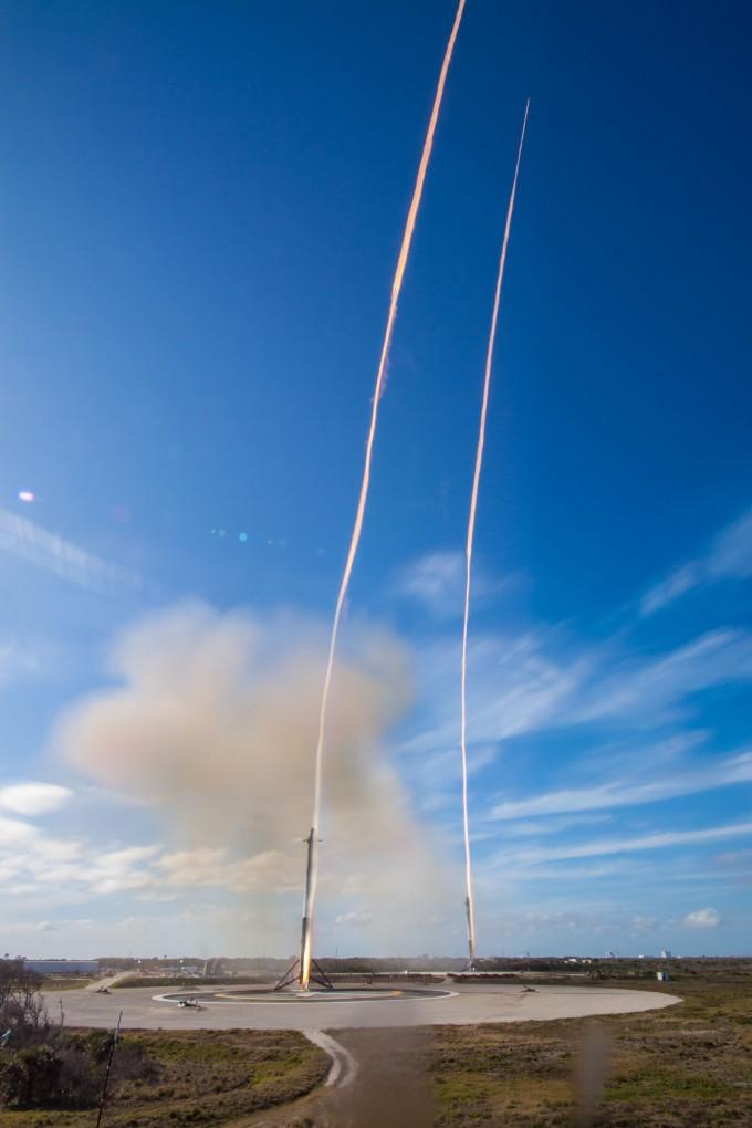 팰컨헤비의 양쪽 사이드로켓은 이륙 7분58초 뒤 케네디우주센터의 착륙 지점으로 귀환했다. -스페이스X 제공