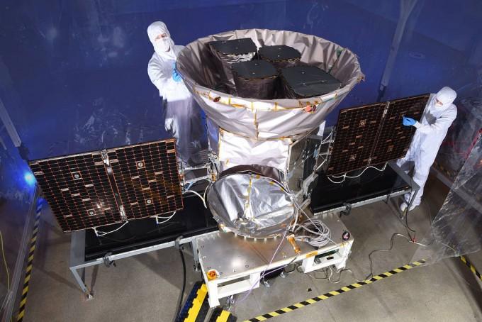 미국항공우주국(NASA)이 외계행성을 찾기 위해 다음달 16일 발사할 예정인 차세대 우주망원경 '테스(TESS)'를 최종 점검하고 있다. 테스는 향후 2년간 지구에서 가까운 20만 개의 밝은 별(항성) 주위 행성을 집중 관측한다. - 미국항공우주국 제공