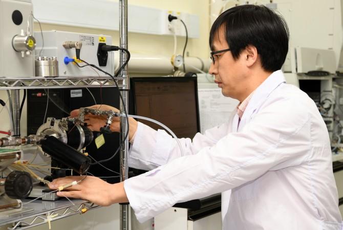 한국표준과학연구원(KRISS) 가스분석표준센터 정진상 책임연구원이 실시간 액화포집 시스템을 이용해 초미세먼지를 포집 후 분석하고 있다. -표준연 제공