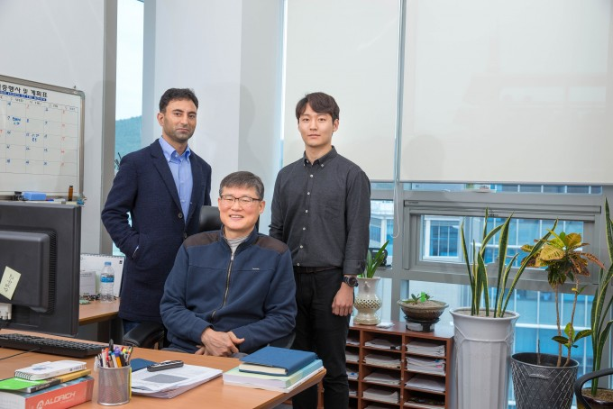 UNIST(울산과학기술원)는 에너지 및 화학공학부의 백종범 교수팀이 초미세 유기구조체(3D-CON)를 개발해 수소를 효과적으로 저장하는 방법을 제안했다고 13일 밝혔다. 사진은 자비드 마흐무드 교수, 백종범 교수, 김석진 연구원 (왼쪽부터) - 사진 UNIST 제공